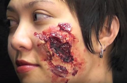 Битое стекло в шраме на лице