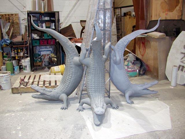 Многосоставная скульптура аллигаторов
